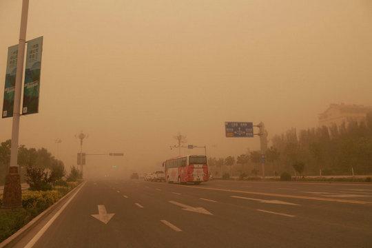 南方下雨北方下沙 六月沙尘暴袭击甘肃敦煌