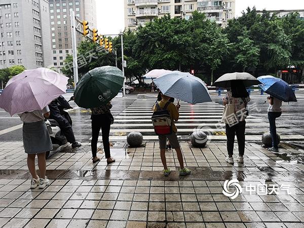 今日大到暴雨袭击重庆大部地区多条高速公路路段受影响