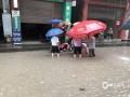 6月20日,四川万源出现强降雨天气过程。截至中午12时,有11个站点降雨量超过50毫米,最大降雨量竹峪161.7毫米。强降雨造成多个城镇发生内涝、滑坡、泥石流等地质灾害,部分道路交通中断。图为白果镇出现内涝。(图/陈国力)