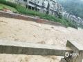 6月20日,四川万源出现强降雨天气过程。截至中午12时,有11个站点降雨量超过50毫米,最大降雨量竹峪161.7毫米。强降雨造成多个城镇发生内涝、滑坡、泥石流等地质灾害,部分道路交通中断。图为大竹河河水水位暴涨。(图/山溪对月)