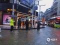 6月20日,四川万源出现强降雨天气过程。截至中午12时,有11个站点降雨量超过50毫米,最大降雨量竹峪161.7毫米。强降雨造成多个城镇发生内涝、滑坡、泥石流等地质灾害,部分道路交通中断。图为万源市城区出现内涝。(图/刘军)