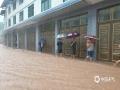 中国天气网讯 6月20日,四川万源出现强降雨天气过程。截至中午12时,有11个站点降雨量超过50毫米,最大降雨量竹峪161.7毫米。强降雨造成多个城镇发生内涝、滑坡、泥石流等地质灾害,部分道路交通中断。图为溪口乡城区出现内涝。(图/高文刚)