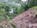 6月20日,四川万源出现强降雨天气过程。截至中午12时,有11个站点降雨量超过50毫米,最大降雨量竹峪161.7毫米。强降雨造成多个城镇发生内涝、滑坡、泥石流等地质灾害,部分道路交通中断。图为溪口乡发生山体滑坡。(图/袁源)
