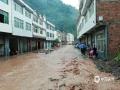 6月20日,四川万源出现强降雨天气过程。截至中午12时,有11个站点降雨量超过50毫米,最大降雨量竹峪161.7毫米。强降雨造成多个城镇发生内涝、滑坡、泥石流等地质灾害,部分道路交通中断。图为竹峪场镇城区出现内涝。(图/谢鹏)