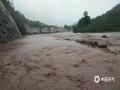 6月20日,四川万源出现强降雨天气过程。截至中午12时,有11个站点降雨量超过50毫米,最大降雨量竹峪161.7毫米。强降雨造成多个城镇发生内涝、滑坡、泥石流等地质灾害,部分道路交通中断。图为竹峪镇洪水淹没道路。(图/谢鹏)