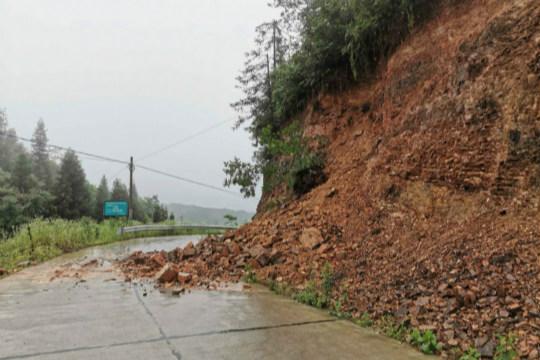强降雨侵袭湖南  道路护坡塌方积水严重