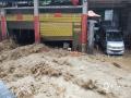 中国天气网讯 监测显示,6月21日07时至22日07时,贵州省北部出现大暴雨11站,暴雨44站,大雨125站。强降雨导致多地山洪滑坡、河流水位上涨、农田被淹。图为22日沿河县惠得小区酒厂湾遭山洪袭击。(图文:崔文明 蔡成瑶 鲁颖)