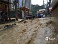 图为22日沿河县红星桥社区道路被洪水冲毁。(图文:崔文明 蔡成瑶 鲁颖)