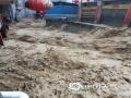 图为22日沿河县惠得小区酒厂湾道路洪水汹涌。(图文:崔文明 蔡成瑶 鲁颖)