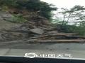 6月21日至22日,江西中北部遭遇强降水袭击。其中南昌、宜春、新余、萍乡、抚州、鹰潭等地市出现暴雨到大暴雨。由于累计雨量大,山洪和地质灾害风险进一步升级,雷电、城乡积涝频发。图为上栗县杨岐乡山体滑坡,道路阻断 摄影/杨岐乡镇府工作人员