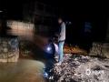 中国天气网讯 6月22日,贵州省德江县遭遇特大暴雨,多地受灾严重,县政府启动应急救援IV级应急响应,全县齐心协力奋战抗灾。图为枫香溪镇检查河水水位。(图文:黎荣 冉思杰)