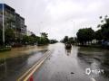 中国天气网讯 23日凌晨开始,田阳县遭遇强降雨袭击,雨势凶猛,县城短时间内排水不及,导致县城古城路口、花园大道等多处出现内涝现象,市民出行受到影响。(文/周冬梅 图/李明志)
