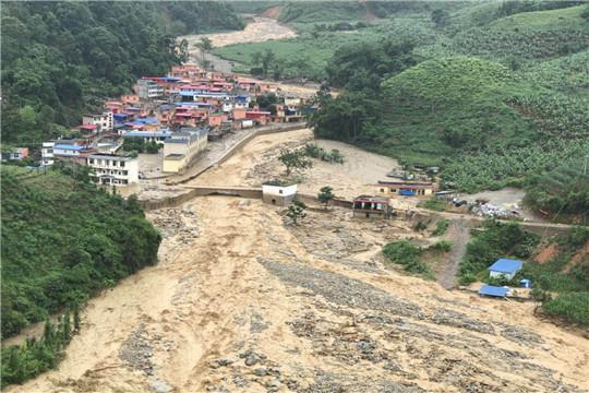 道路变泥沼!云南红河强降雨引发山洪泥石流