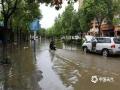 中国天气网讯 25日,盈江县多个乡镇降下暴雨、大暴雨天气。强降雨导致盈江县多地内涝,河流发生洪涝灾害。图为盈江县平原镇中央皓城小区内涝。(图/储平 文/宋云涛)