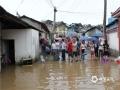 中国天气网讯 25日,盈江县多个乡镇降下暴雨、大暴雨天气。强降雨导致盈江县多地内涝,河流发生洪涝灾害。图为盈江县领导视察盏达河沿岸受灾情况。(图/储平 文/宋云涛)