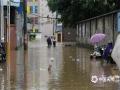 中国天气网讯 25日,盈江县多个乡镇降下暴雨、大暴雨天气。强降雨导致盈江县多地内涝,河流发生洪涝灾害。图为盈江县平原镇阳光幼儿园积水没过膝盖。(图/储平 文/宋云涛)