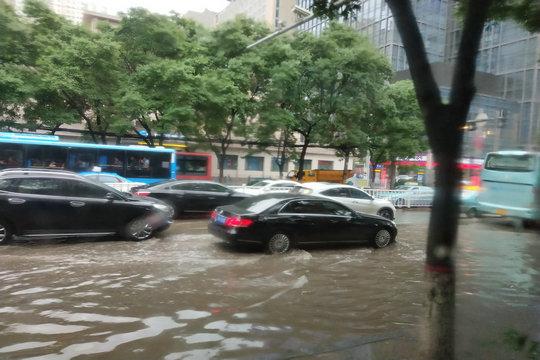"""今年最强降雨来袭!甘肃兰州城区变""""水城"""""""