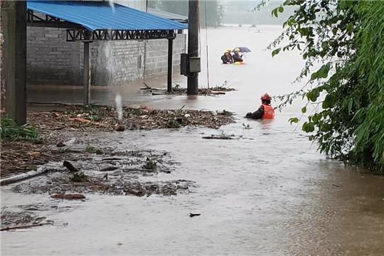 积水过腰!云南盈江多地现严重洪涝灾害