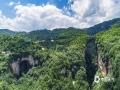中国天气网讯 天生桥景区位于贵州省水城县金盆苗族彝族乡的干河地域,属石灰岩洞穴坍塌后残留洞段。它集奇、雄、秀、险于一体,加上浓郁的原生态民族风情,令到此游客无不为之兴叹。摄于6月21日。图为天生桥风光。(王贵军/摄)