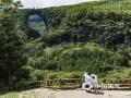 中国天气网讯 天生桥景区位于贵州省水城县金盆苗族彝族乡的干河地域,属石灰岩洞穴坍塌后残留洞段。它集奇、雄、秀、险于一体,加上浓郁的原生态民族风情,令到此游客无不为之兴叹。摄于6月21日。图为游客留影。(王贵军/摄)