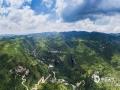 中国天气网讯 天生桥景区位于贵州省水城县金盆苗族彝族乡的干河地域,属石灰岩洞穴坍塌后残留洞段。它集奇、雄、秀、险于一体,加上浓郁的原生态民族风情,令到此游客无不为之兴叹。摄于6月21日。图为金盆风光。(王贵军/摄)