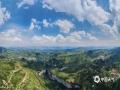中国天气网讯 天生桥景区位于贵州省水城县金盆苗族彝族乡的干河地域,属石灰岩洞穴坍塌后残留洞段。它集奇、雄、秀、险于一体,加上浓郁的原生态民族风情,令到此游客无不为之兴叹。摄于6月21日。图为金盆风貌。(王贵军/摄)