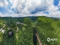 中国天气网讯 天生桥景区位于贵州省水城县金盆苗族彝族乡的干河地域,属石灰岩洞穴坍塌后残留洞段。它集奇、雄、秀、险于一体,加上浓郁的原生态民族风情,令到此游客无不为之兴叹。摄于6月21日。图为天生桥风景如画。(王贵军/摄)