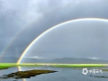 """中国天气网讯 7月2日傍晚,香格里拉纳帕海上空出现精彩的""""双彩虹""""现象,伴着淅沥沥的小雨,景色动人,引起过往游客驻足观看。图为稍纵即逝的双彩虹。摄/李安琪  文/孙娅蕾  """