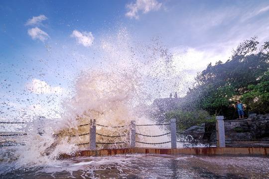 震撼!广西钦州三娘湾现罕见大潮 浪高1.7米