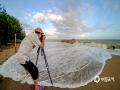中国钱柜娱乐777天气网讯 7月5日,受六月天文大潮叠加强劲的西南风影响,北部湾海面出现了6~7级、阵风8~9级大风,广西钦州市三娘湾风景区出现了多年罕见的大潮,三娘湾最高潮位5.05米,浪高1.7米。据当地渔民说多年没见过这么高的潮水和大浪。巨浪吸引了很多游客和摄影师前去观赏、拍摄。(图/李斌喜 文/何斌)