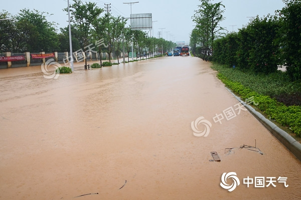 广西北部现连片大暴雨 三天内雨区南扩雨势猛烈