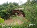 7月6日14时至7日14时,江西抚州、萍乡等地遭遇暴雨,导致严重的内涝,洪水及滑坡等灾害。图为抚州宜黄二都白槎村组级桥梁被冲毁,现已封路。图/曾佳