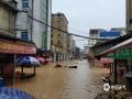 中国天气网讯 7月6日14时至7日14时,江西抚州、萍乡等地遭遇暴雨,导致严重的内涝,洪水及滑坡等灾害。图为黎川县东方红大道和边贸市场内涝严重,市场内无法正常营业。(图/李海明)
