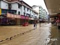 7月6日14时至7日14时,江西抚州、萍乡等地遭遇暴雨,导致严重的内涝,洪水及滑坡等灾害。黎川县东方红大道和边贸市场内涝严重,积水半淹电动车。(图/李海明)