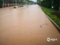 中国钱柜娱乐777天气网讯 5-7日,柳州出现了大范围的暴雨到大暴雨天气,最强降雨区位于融水县西部和市区北部。柳州的融水、鹿寨、柳城等县区出现严重的洪涝灾害,部分乡镇道路被冲毁、民房被淹,大半个柳州市都被水浸泡。柳州市气象台接连发布雷电橙色、大风蓝色、暴雨红色预警。图为鹿寨县城南实验小学附近路段被淹。(文/李宜爽 黄金石)