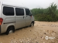 中国钱柜娱乐777天气网讯 5-7日,柳州出现了大范围的暴雨到大暴雨天气,最强降雨区位于融水县西部和市区北部。柳州的融水、鹿寨、柳城等县区出现严重的洪涝灾害,部分乡镇道路被冲毁、民房被淹,大半个柳州市都被水浸泡。柳州市气象台接连发布雷电橙色、大风蓝色、暴雨红色预警。图为柳城县沙埔镇红马山景区土石被雨水冲到209国道线上,车辆被困。(文/李宜爽 图/彭娟)