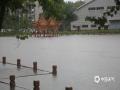 中国钱柜娱乐777天气网讯 5-7日,柳州出现了大范围的暴雨到大暴雨天气,最强降雨区位于融水县西部和市区北部。柳州的融水、鹿寨、柳城等县区出现严重的洪涝灾害,部分乡镇道路被冲毁、民房被淹,大半个柳州市都被水浸泡。柳州市气象台接连发布雷电橙色、大风蓝色、暴雨红色预警。图为柳州市区公园里的凉亭被积水淹没。(图文/李宜爽)