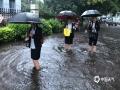 中国钱柜娱乐777天气网讯 5-7日,柳州出现了大范围的暴雨到大暴雨天气,最强降雨区位于融水县西部和市区北部。柳州的融水、鹿寨、柳城等县区出现严重的洪涝灾害,部分乡镇道路被冲毁、民房被淹,大半个柳州市都被水浸泡。柳州市气象台接连发布雷电橙色、大风蓝色、暴雨红色预警。图为柳州市区部分路段内涝严重,市民脱鞋光脚涉水。(图文/李宜爽)
