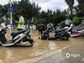 7月5至7日,受高空槽和低空急流影响,柳州全市出现了暴雨、局部大暴雨到特大暴雨天气。持续的强降雨,导致柳州市区的柳江河段水位上涨。今天(8日),滨江东路至滨江西路、金沙角被水淹没,相关部门已进行交通管制,给市民的出行带来一定困扰。(图文/廖婷婷 )