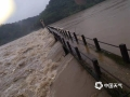中国天气网讯 6日以来,强降雨连番袭扰江西,昨天(8日)宜春、新余、吉安、抚州、鹰潭和上饶市出现大暴雨,萍乡甚至遭遇了特大暴雨。连续降雨导致多地内涝严重、河水上涨,市民出行困难。图为新余市分宜县洋江镇马滩水电站出现漫堤。(图:舒军平)