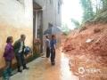 中国天气网讯 6日以来,强降雨连番袭扰江西,昨天(8日)宜春、新余、吉安、抚州、鹰潭和上饶市出现大暴雨,萍乡甚至遭遇了特大暴雨。连续降雨导致多地内涝严重、河水上涨,市民出行困难。图为莲花县升坊镇发生地质灾害。(图:朱俊军)