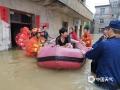 中国天气网讯 6日以来,强降雨连番袭扰江西,昨天(8日)宜春、新余、吉安、抚州、鹰潭和上饶市出现大暴雨,萍乡甚至遭遇了特大暴雨。连续降雨导致多地内涝严重、河水上涨,市民出行困难。图为渝水组织救灾。(图:顾敬)