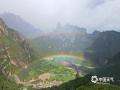 """中国天气网讯 扎尕那,藏语意为""""石匣子"""",位于甘肃迭部县西北30余公里外的益哇乡。7月9日午后,一场雷阵雨过后,扎尕那胜地上空惊现双彩虹,游客们被美景与彩虹吸引,纷纷拍照留念。(图/党玉亭 文/魏娟娟)"""