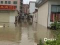 中国天气网讯 今日(10日)上午,普宁流沙遭遇强降雨侵袭,内涝严重,街道被淹。(拍摄/陈嘉浩)
