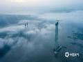 中国天气网讯 7月10日清晨,北碚区嘉陵江上出现平流雾,伴随日出分外美丽。(摄/凌舸智)