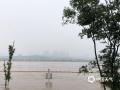 中国天气网讯 7月10日,降水间歇,湘江湘潭段水位仍然在上涨,水流湍急,通住亲水平台的出入口拉起了警戒线,湘江沿岸各单位设置防汛值守点,确保安全。(文/图 张美丽)