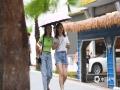中国天气网讯 今日(12日)是入伏第一天,又到了一年中气温最高且潮湿闷热的日子。不过,今日重庆大部地区有雨,早上09时全市气温低于23℃,十分凉爽,在主城渝北区,路上有居民还穿上了夹克外套。(摄/邹乐)