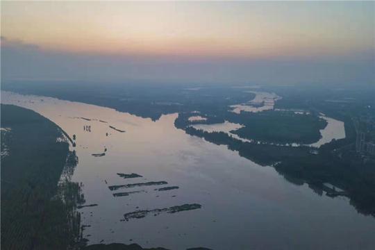 航拍湖北团风江水上涨 已达警戒水位