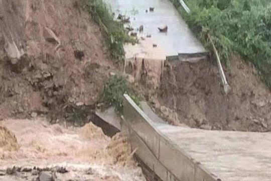 大暴雨袭击四川万源 滑坡塌方电力通讯中断
