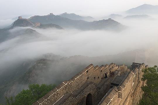 雨后云雾笼罩金山岭长城 宛若巨龙穿行山间